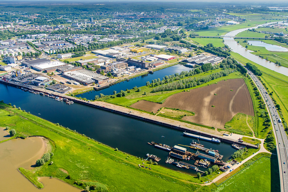 Nederland, Gelderland, Arnhem, 29-05-2019; Arnhem Oost, Industrieterrein Kleefsewaard met Nieuwe Haven en Nederrijn (voorgrond).<br /> East Arnhem with industrial estate.<br /> luchtfoto (toeslag op standard tarieven);<br /> aerial photo (additional fee required);<br /> copyright foto/photo Siebe Swart