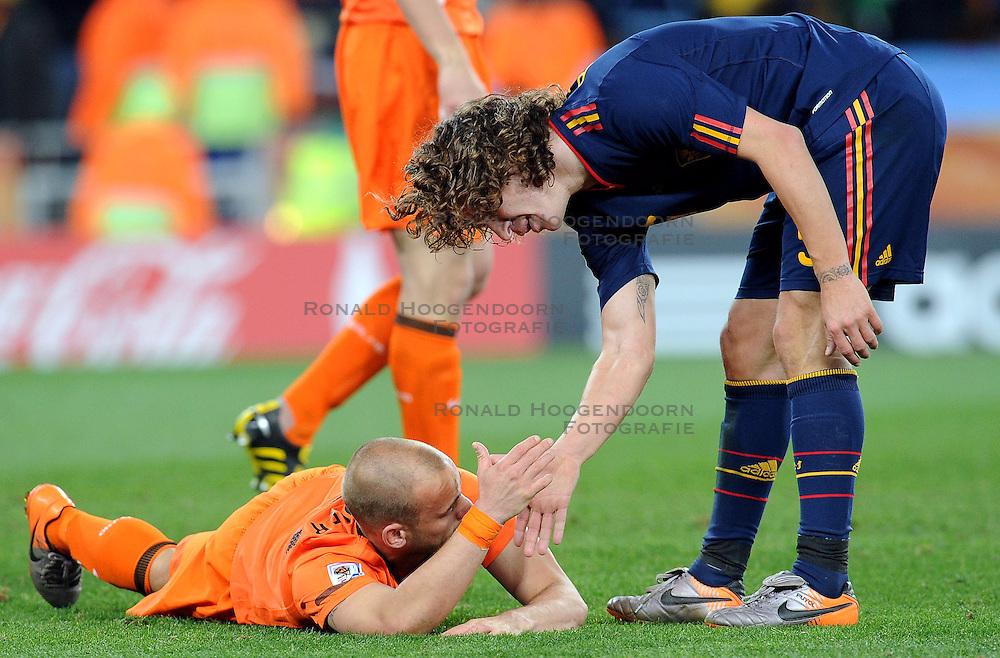 11-07-2010 VOETBAL: FIFA WK FINALE NEDERLAND - SPANJE: JOHANNESBURG<br /> Wesley Sneijder (Holland) der am Boden liegt wird von Weltmeister Carles Puyol (Spanien) getroosd<br /> EXPA Pictures &copy; 2010 EXPA/ InsideFoto/ Perottino - &copy;2010-WWW.FOTOHOOGENDOORN.NL<br /> *** ATTENTION *** FOR NETHERLANDS USE ONLY!