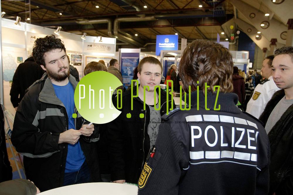Mannheim. Maimarkthalle. Ausbildungsmesse Jobs for Future 2011. Messe rund um Ausbildung und Beruf.<br /> <br /> Bild: Markus Proflwitz / masterpress /