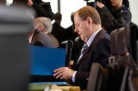 29 NOV 2005, BERLIN/GERMANY:<br /> Peer Steinbrueck, SPD, Bundesfinanzminister, liest in seinen Akten, vor Beginn einer Kabinettsitzung, Bundeskanzleramt<br /> IMAGE: 20051129-01-011<br /> KEYWORDS: Kabinett, Sitzung, Peer Steinbrück, lesen, Akte