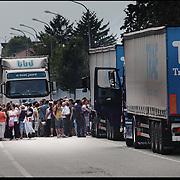 Blocchi stradali in Val di Susa, dopo il blitz nella mattinata delle forze dell'ordine alla Maddalena di Chiomonte, la protesta del movimento No Tav si è spostata lungo tutta la valle.
