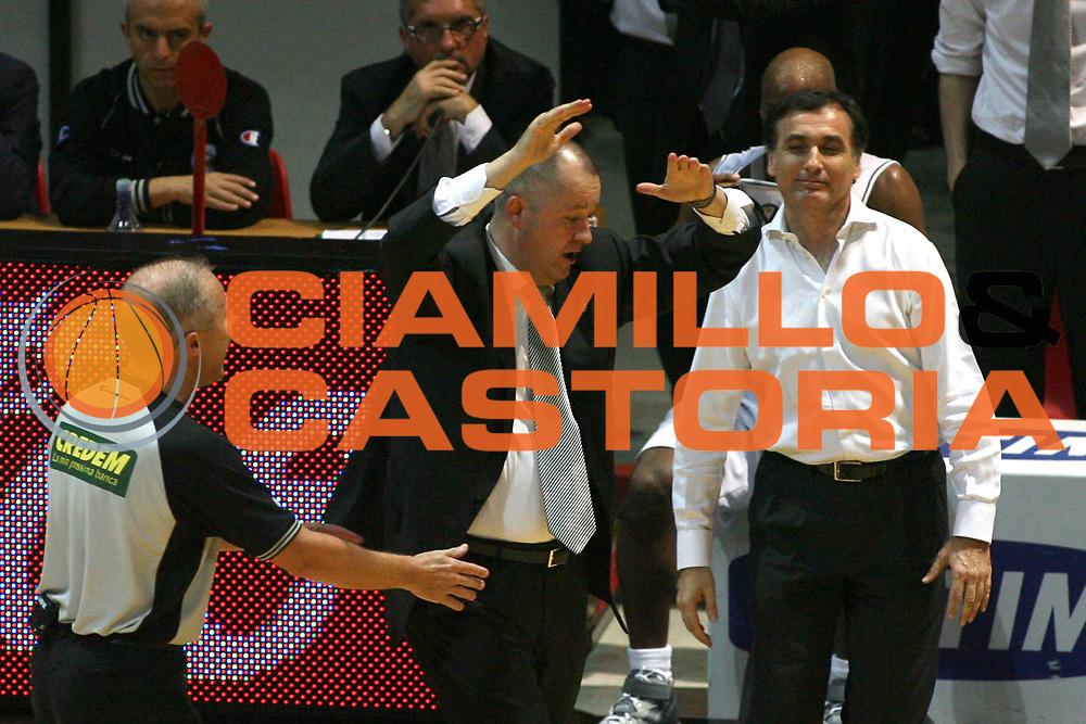 DESCRIZIONE : Bologna Lega A1 2006-07 Playoff Finale Gara 2 VidiVici Virtus Bologna Montpeaschi Siena <br /> GIOCATORE : Zare Markovski Sabatini Arbitro <br /> SQUADRA : VidiVici Virtus Bologna <br /> EVENTO : Campionato Lega A1 2006-2007 Playoff Finale Gara 2 <br /> GARA : VidiVici Virtus Bologna Montpeaschi Siena <br /> DATA : 15/06/2007 <br /> CATEGORIA : Delusione <br /> SPORT : Pallacanestro <br /> AUTORE : Agenzia Ciamillo-Castoria/M.Minarelli