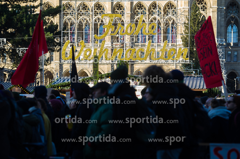 18.12.2017, Ballhausplatz, Wien, AUT, Demonstration gegen die Angelobung der neuen Türkis Blauen Bundesregierung. im Bild Demonstranten am Ring // demonstrations against inauguration of the new government of Austrian Peoples Party and Austrian Freedom Party in Vienn,. Austria on 2017/12/18. EXPA Pictures © 2017, PhotoCredit: EXPA/ Michael Gruber