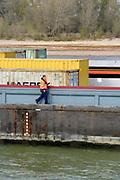 Nederland, the netherlands, Nijmegen, 21-10-2018Binnenvaartschepen varen in de Waal langs de drooggevallen oever . Door de aanhoudende droogte staat het water in de rijn, ijssel en waal extreem laag . Laagterecord en de laagste officiele stand ooit bij Lobith gemeten . Schepen moeten minder lading innemen om niet te diep te komen . Hierdoor is het drukker in de smallere vaargeul . Door te weinig regenval in het stroomgebied van de rijn is het record verbroken .Foto: Flip Franssen