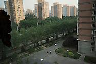 P&eacute;kin, le 14 mai 2014<br /> Wang Xingna  et Ren Jun prom&egrave;nent leur fille Ren Anqi, dans la r&eacute;sidence.