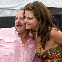 "Access Hollywood correspondent Maria Menounos (R) poses with afor a photo with a guest at the Kennedy Space Center Visitors Complex before Bruce Willis performed with his band ""The Bruce Willis Blues Band"" during the Netflix Live On Location concert and movie series  in Cape Canaveral, Florida August 2, 2007. REUTERS/Scott Audette (UNITED STATES)"