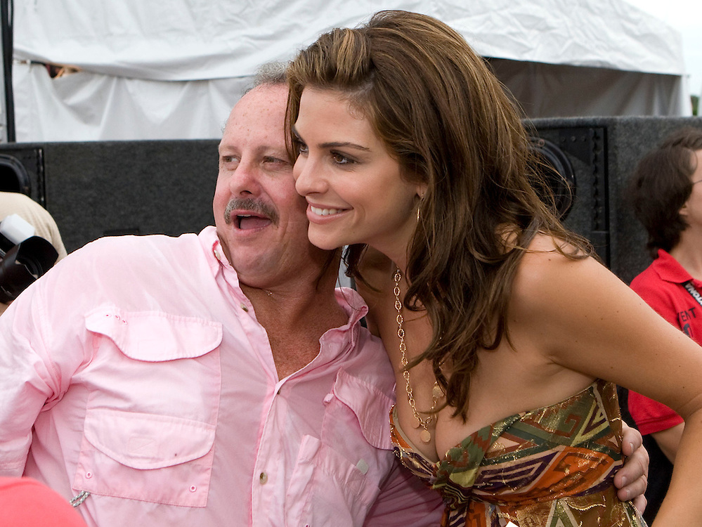 """Access Hollywood correspondent Maria Menounos (R) poses with afor a photo with a guest at the Kennedy Space Center Visitors Complex before Bruce Willis performed with his band """"The Bruce Willis Blues Band"""" during the Netflix Live On Location concert and movie series  in Cape Canaveral, Florida August 2, 2007. REUTERS/Scott Audette (UNITED STATES)"""
