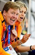 OTSJI - (VLNR) IOC-lid Camiel Eurlings koning Willem-Alexander, koningin Maxima en premier Mark Rutte juichen voor Sven Kramer die opkomt voorafgaand aan de 5000 meter in de Adler Arena tijdens de Olympische Winterspelen