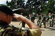 Nederland, Nijmegen, 20-7-2005<br /> Vierdaagse, 4daagse, binnenkomst van militairen, soldaten, op het kamp Heumensoord. Ze lopen, wandelen, marcheren rechtstreeks de biertent in. Groeten, salueren.<br /> Foto: Flip Franssen/Hollandse Hoogte