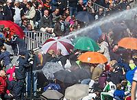 BLOEMENDAAL - HOCKEY - Sproeien met water  tijdens de rust van  play offs hoofdklasse hockeywedstrijd tussen de mannen van Bloemendaal en Rotterdam (1-4) . Rotterdam door naar de finale. FOTO KOEN SUYK