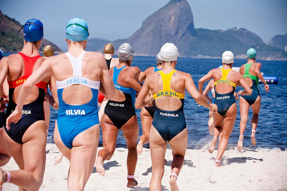 Atletas competindo no Mundialito de Fast Triathlon Feminino 2011 em Niterói RJ.
