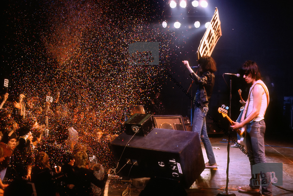 The Ramones in concert- Joey Ramone - London 1977