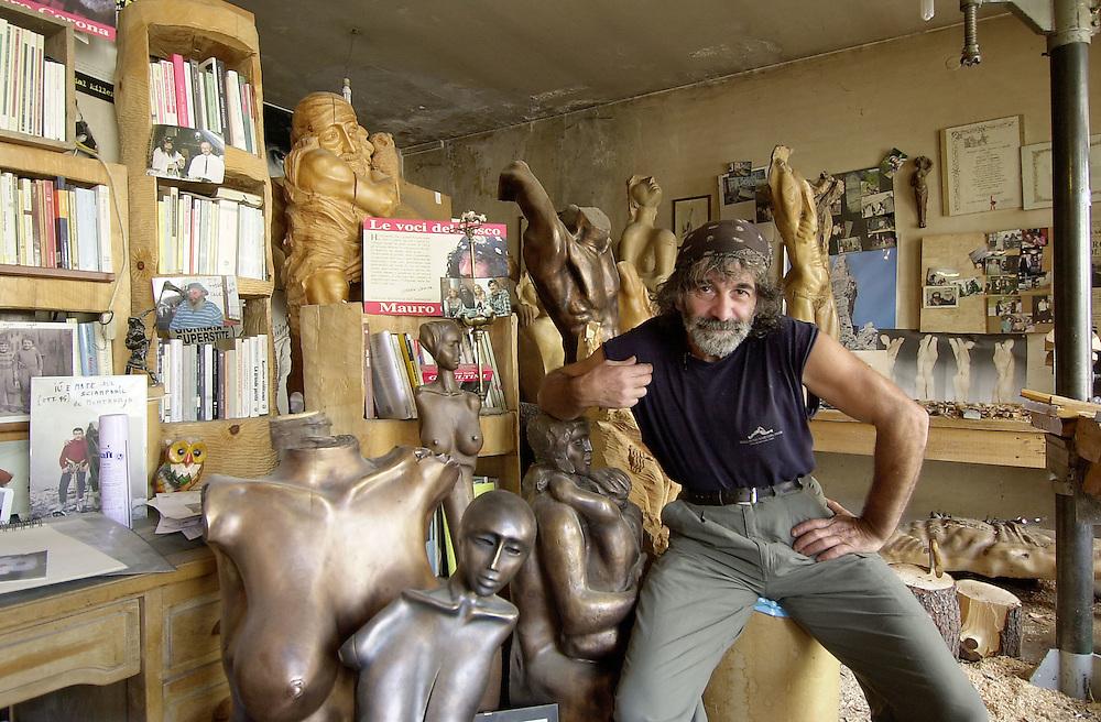 20 OCT 2004 - Erto (Pordenone) - Mauro Corona, scrittore, alpinista, scultore, nel proprio studio - © Alberto Bevilacqua :-: Italian writer, sculptor and climber Mauro Corona, at home