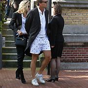 NLD/Amsterdam/20101012 - Herdenkingsdienst overleden Antonie Kamerling, Reinout Oerlemans inkorte zwembroek en partner Danielle Overgaag