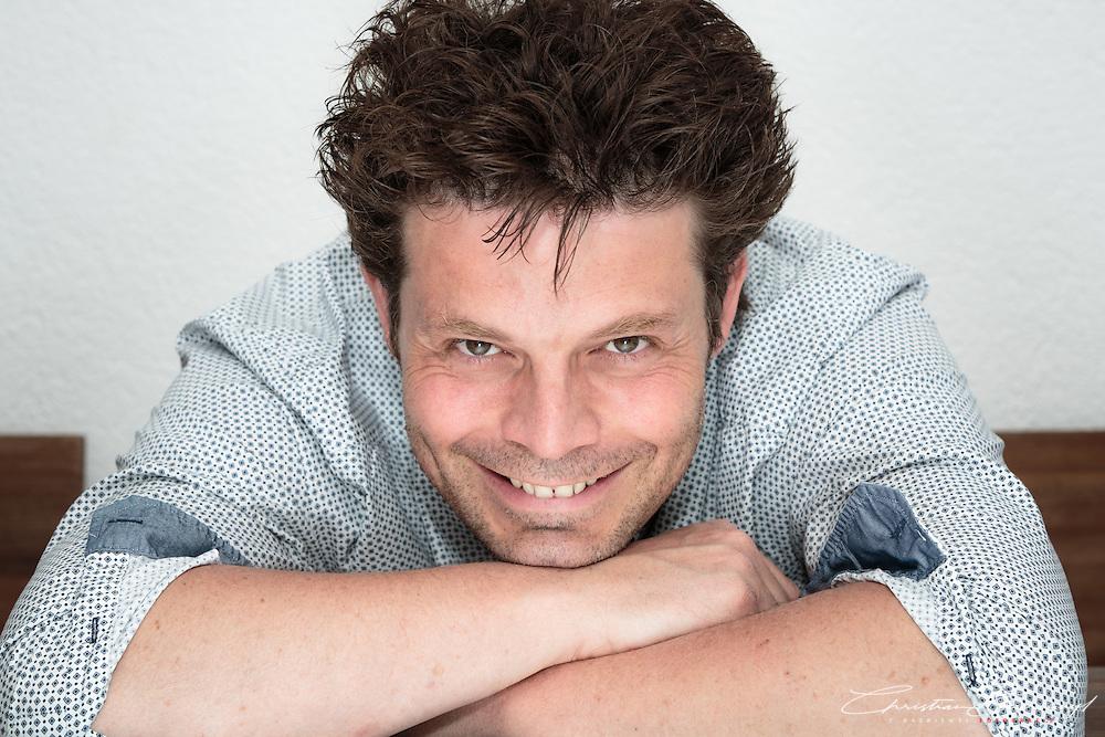 Porträtaufnahmen vom Schweizer Schriftsteller und Buchautor Jean-Pascal Ansermoz in seiner Arbeitsumgebung bei sich zu Hause in Düdingen, Juli 2014.