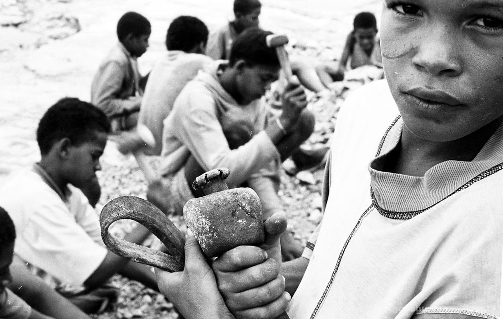 Crianças trabalhando em pedreira - Bahia..Children working in quarry - Bahia.