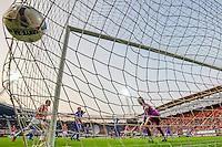 ALKMAAR - 04-10-2015, AZ - FC Twente, AFAS Stadion, 3-1, AZ speler Vincent Janssen (m) scoort hier de 2-0, doelpunt, FC Twente keeper Joel Drommel.