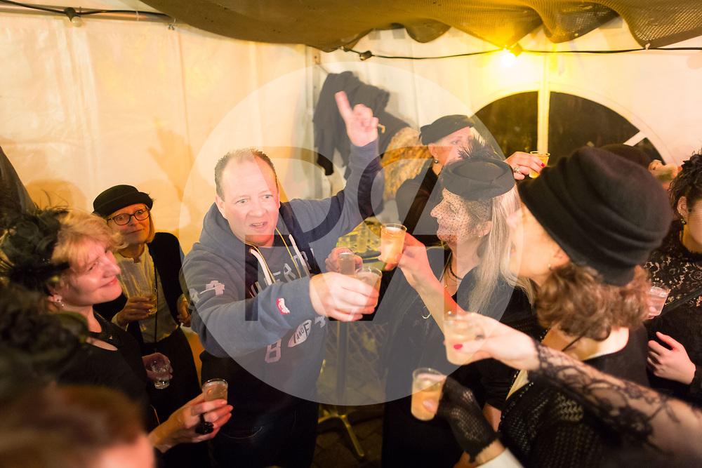 SCHWEIZ - MEISTERSCHWANDEN - Meitlitage 2018, hier in der Café-Bar Speuzli kauft sich ein gefangener Mann frei und gibt eine Runde an die Frauen und Meitli aus - 11. Januar 2018 © Raphael Hünerfauth - http://huenerfauth.ch
