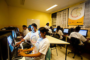 Belo Horizonte_MG, Brasil...Projeto Comunidade Conectada dentro da ONG Querubins, um dos projetos apoiados pelo Instituto Ayrton Senna. Na foto usuarios do computador...Comunidade Conectada project of the Querubins ONG,maintained by the Ayrton Senna Institute. In this photo, teenagers using computer...Foto: LEO DRUMOND / NITRO