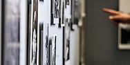 26-06-2015: Grande opening Hotel Heroique: Utrecht<br /> <br /> Een grote tentoonstelling in het oude postkantoor aan de Neude, met werk van Utrechtse en buitenlandse schilders, kunstenaar Ruud Kuijer en een aantal bekende Nederlandse Tour fotografen.<br /> <br /> Het idee kwam van Jeroen Wielaert. De ras Utrechter werkt sinds 1986 als verslaggever in de Tour. Hij kent het nomadische leven van de ronde zeer goed. Het is altijd verhuizen naar andere steden, met elke keer een ander hotel elke keer met andere decoraties. De tentoonstelling toont het verhaal van die tocht, de helden, wat ze ervaren en tegenkomen.
