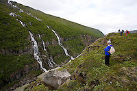 Bergvatn rennur niður í Jökulsá á Fljótsdal, Norðurdalur. Efst grillir í stöðvarhús Landsvirkjunar.