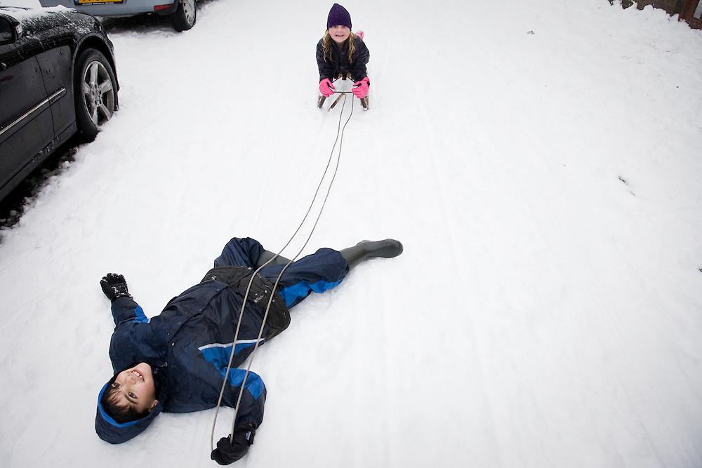 Nederland. Rotterdam, 20 december  2009.<br /> Joost heeft de slee voor Lizzy voortgetrokken. winter, sneeuw, sneeuwpret, winterweer, winter, kerstvakantie, slee, pret, lol, gek, geluk<br /> Foto Martijn Beekman