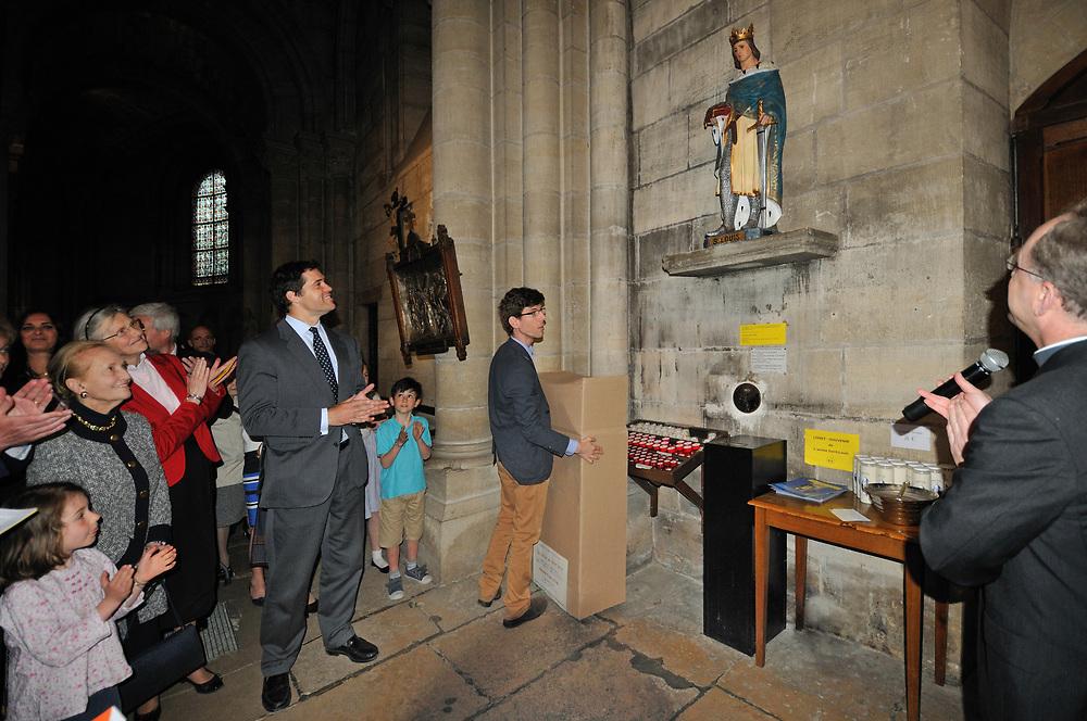Monseigneur le duc d'Anjou assiste au retour de la statue en la collégiale de Poissy.