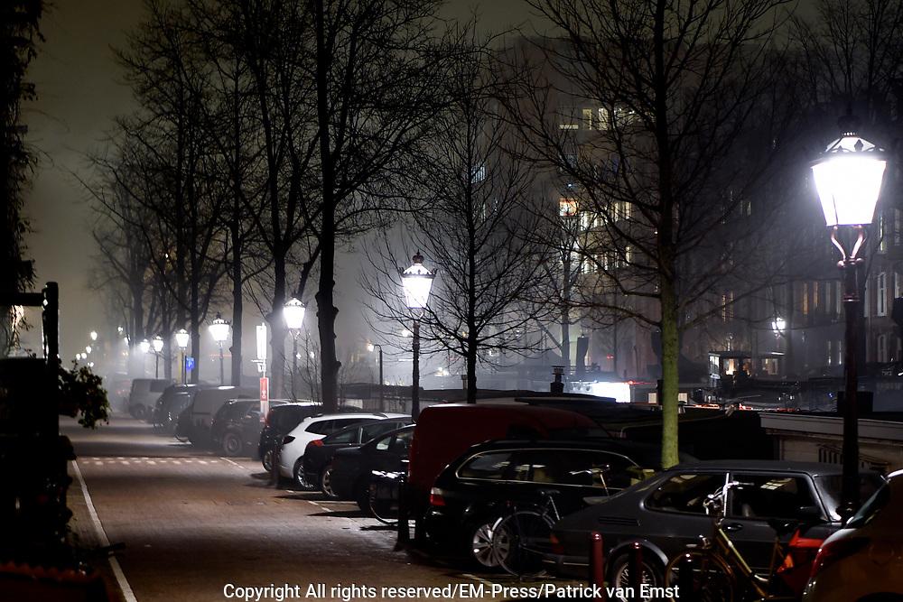 Nieuwe Prinsengracht in Amsterdam-Centrum in de avondmist<br /> <br /> Nieuwe Prinsengracht  in Amsterdam-Center in the evening mist