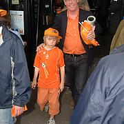 NLD/Rotterdam/20060604 - Vriendschappelijke wedstrijd Nederland - Australie, Jack Spijkerman en zoon Joska