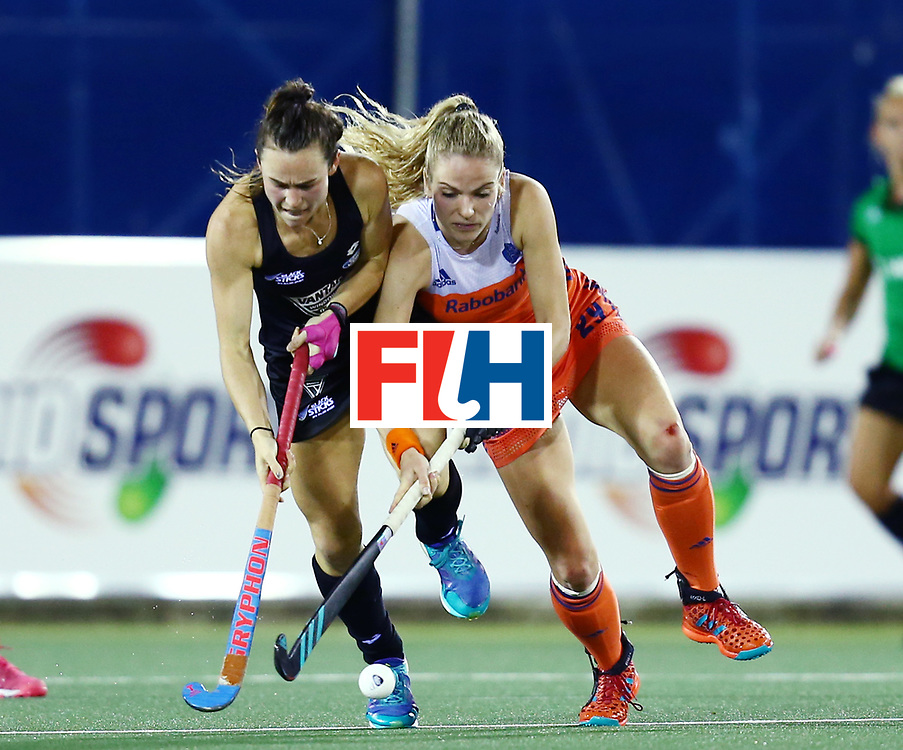 New Zealand, Auckland - 26/11/17  <br /> Sentinel Homes Women&rsquo;s Hockey World League Final<br /> Harbour Hockey Stadium<br /> Copyrigth: Worldsportpics, Rodrigo Jaramillo<br /> Match ID: 10322 - NED vs NZL<br /> Photo: (25) SMITH Kelsey against (29) KREKELAAR Maartje