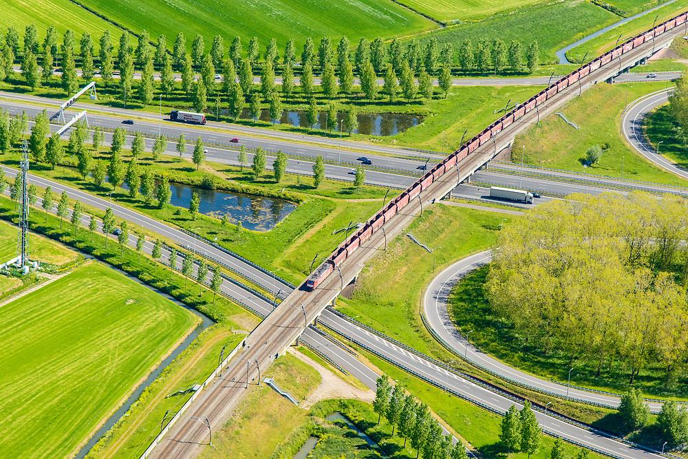 Nederland, Gelderland, Gemeente Zaltbommel, 23-08-2016; verkeersknooppunt Deil, A15 en A2 (vlnr). Parallel aan de A15 de Betuweroute, met goedereentrein. <br /> Deil junction, main motorway A15 (Rotterdam Harbour - Germany) crossing motorway A2 to the South. Freight track Betuweroute with train.<br /> <br /> aerial photo (additional fee required); luchtfoto (toeslag op standard tarieven); copyright foto/photo Siebe Swart