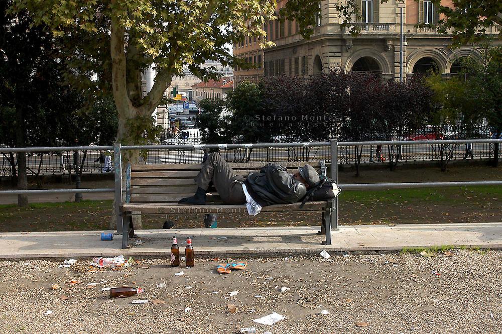 Roma  2006.Piazza Vittorio.Senza fissa dimora dorme per la strada.Homeless sleeps on the street..