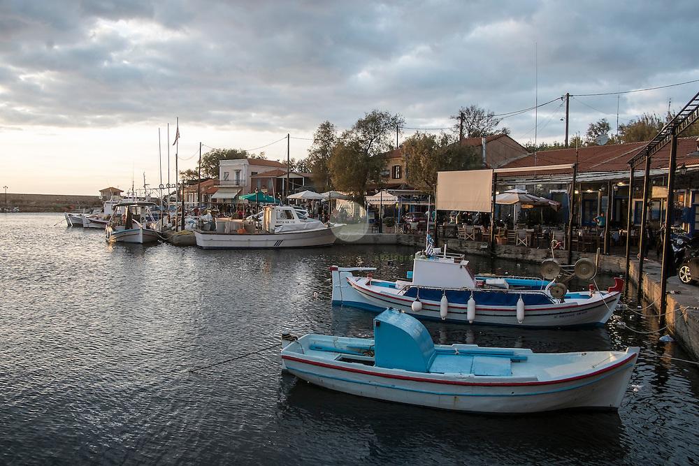 GRIECHENLAND, Lesbos, Mithymna/Molivos. 28.10.2015 / Boote im Hafen von Mithymna: In der Nacht zuvor kam es zu einem schweren Bootsunglueck vor der Kueste. Rettungskraefte konnten mindestens 242 Menschen retten, waehrend elf Menschen nur noch tot gebogen werden konnten. Die Kuestenwache geht davon aus, dass die Zahl der Toten noch deutlich steigen wird. Die abendliche Ruhe im Hafen von Mithymna ist truegerisch - auch in der kommenden Nacht werden wieder Hunderte Menschen unter Lebensgefahr die Kueste von Lesbos ansteuern.