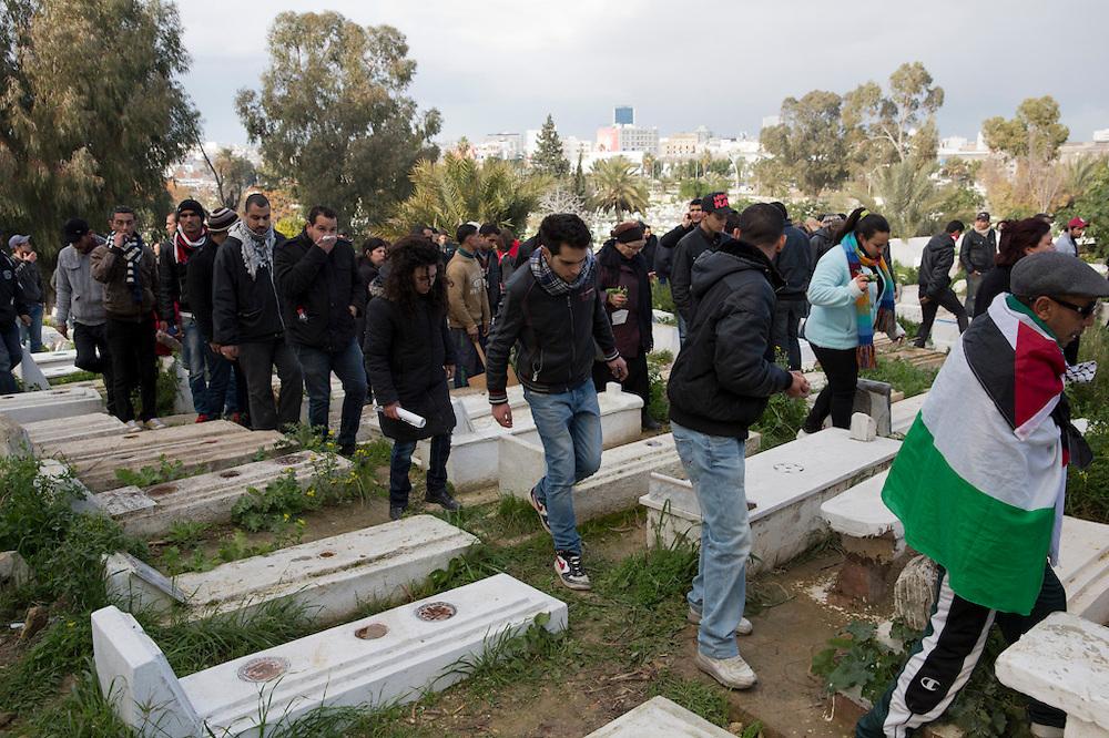 Cimetiere Jallez, la foule essaye d'echapper au tires de gaz lacrymogene. l'hommage du peuple Tunisien à Chokri Belaid fut perturbé par incidents entre jeunes casseurs et la police anti-emeutes. Des voitures sont brulées