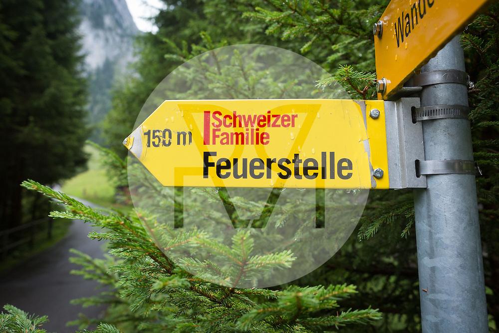SCHWEIZ - SCHWARZENMATT - Wegweiser zur Schweizer Familie Feuerstelle - 20. August 2016 © Raphael Hünerfauth - http://huenerfauth.ch