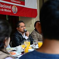 Toluca, México.- Integrantes del Movimiento Antorchista en el Estado de México anunciaron la movilización de 50 mil antorchistas el próximo 28 de abril a la Residencia de los Pinos para exigir justicia en el asesinato de Manuel Serrano, y el encubrimiento de los autores materiales. Agencia MVT / Crisanta Espinosa