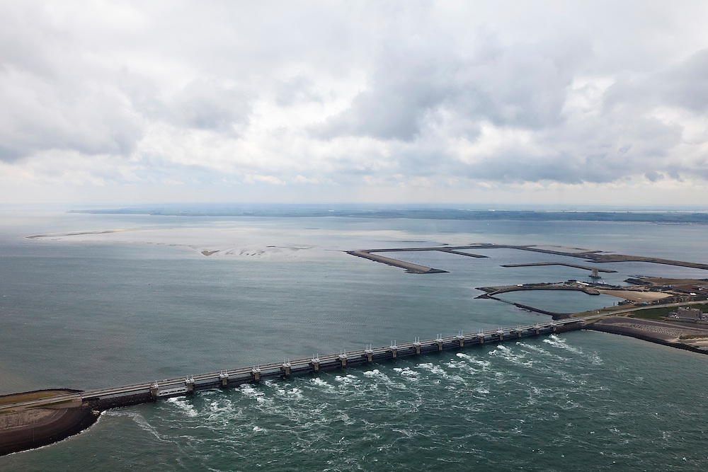 Nederland, Zeeland, Oosterschelde, 22-05-2011; Oosterscheldekering, stormvloedkering tussen Schouwen en Noord-Beveland.  Sluitgat Schaar, met de voormalige werkhavens bij werkeiland Neeltje Jans. Links van de kering de Oosterschelde, onder in beeld de Noordzee. Walcheren aan de verre horizon..Storm surge barrier in Oosterschelde (East Scheldt), between Islands of Schouwen-Duiveland and Noord-Beveland. North Sea on the right side of the barrier (below). Under normal circumstances the barrier is open to allow for the tide to enter and exit. In case of high tides in combination with storm, the slides are closed..luchtfoto (toeslag); aerial photo (additional fee required);.foto Siebe Swart / photo Siebe Swart