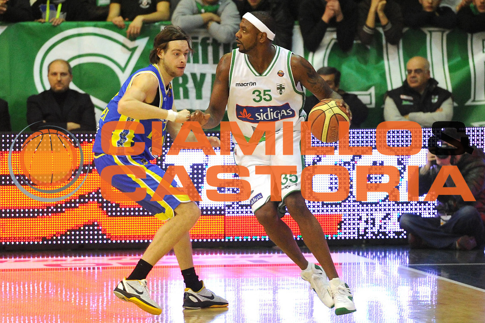 DESCRIZIONE : Avellino Campionato Lega A 2011-12 Sidigas Avellino Fabi Shoes Montegranaro<br /> GIOCATORE : Ronald Slay<br /> CATEGORIA : palleggio<br /> SQUADRA : Sidigas Avellino<br /> EVENTO : Campionato Lega A 2011-2012<br /> GARA : Sidigas Avellino Fabi Shoes Montegranaro<br /> DATA : 22/01/2012<br /> SPORT : Pallacanestro<br /> AUTORE : Agenzia Ciamillo-Castoria/GiulioCiamillo<br /> Galleria : Lega Basket A 2011-2012<br /> Fotonotizia : Avellino Campionato Lega A 2011-12 Sidigas Avellino Fabi Shoes Montegranaro<br /> Predefinita :