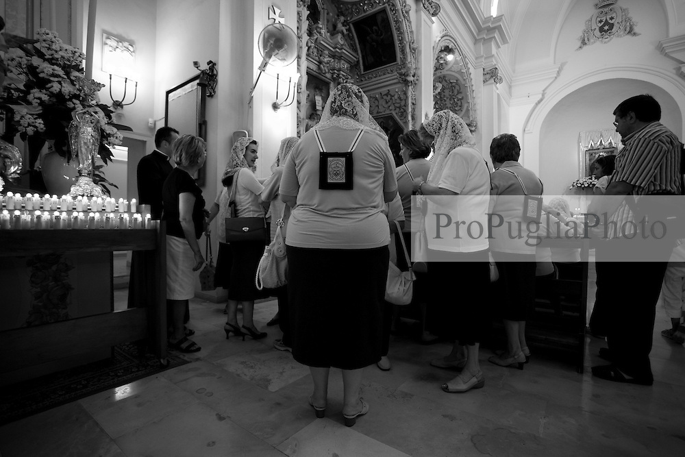 Queste signore rappresentano la confraternita del 3° ordine Carmelitano.  La foto è stata scattata nella chiesa dell'Arcangelo Michele durante la celebrazione della messa in onore della Santa Protettrice, il 15-07-10