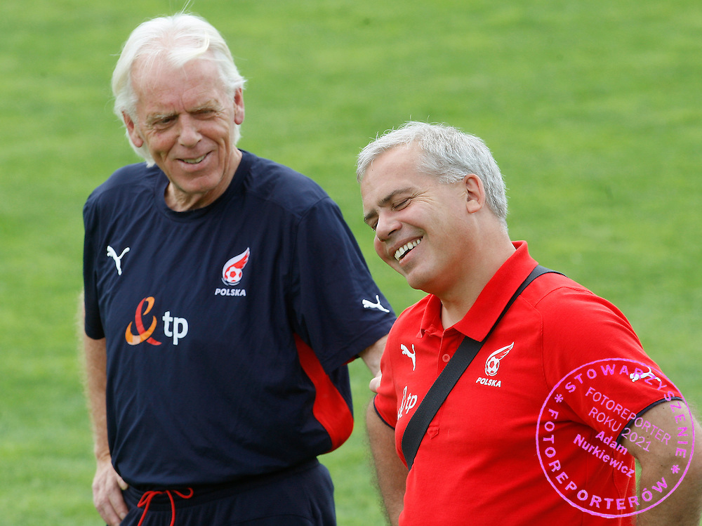 BAD WALTERSDORF 04/06/2008.POLAND - NATIONAL TEAM.EURO 2008.TRAINING SESSION AFTER OPENING LOSS TO GERMANY ..POLAND MANAGER LEO BEENHAKKER TALKS WITH TEAM DOCTOR JERZY GRZYWOCZ ..FOT. PIOTR HAWALEJ / WROFOTO
