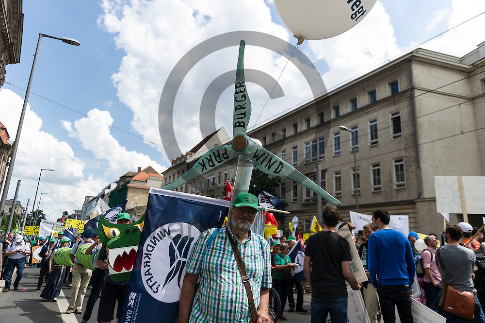 Ein Demonstrant tr&auml;gt w&auml;hrend der Klima Demonstration am 02.06.2016 in Berlin, Deutschland eine Windradatrappe auf dem R&uuml;cken. Mehrere Tausend Menschen gingen unter dem Motto: &quot;Energiewende retten! Arbeit sichern! Klimaschutz durchsetzen, EEG verteidigen!&quot; auf die Stra&szlig;e um f&uuml;r den Klimawandel und gegen eine &Auml;nderung des Erneuerbare Energien Gesetz zu demonstrieren. Foto: Markus Heine / heineimaging<br /> <br /> ------------------------------<br /> <br /> Ver&ouml;ffentlichung nur mit Fotografennennung, sowie gegen Honorar und Belegexemplar.<br /> <br /> Bankverbindung:<br /> IBAN: DE65660908000004437497<br /> BIC CODE: GENODE61BBB<br /> Badische Beamten Bank Karlsruhe<br /> <br /> USt-IdNr: DE291853306<br /> <br /> Please note:<br /> All rights reserved! Don't publish without copyright!<br /> <br /> Stand: 06.2016<br /> <br /> ------------------------------