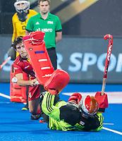 BHUBANESWAR, INDIA - Arthur van Doren (Belgie) met keeper Pirmin Blaak (Ned)  bij het nemen van de shoot-outs, tijdens de  finale tussen België en Nederland (0-0) bij het WK Hockey heren in het Kalinga Stadion. Belgie wint de shoot-outs en Wereldtitel. COPYRIGHT KOEN SUYK