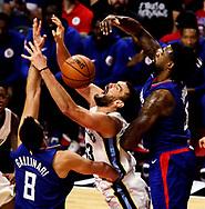 11月4日,灰熊队球员马克-加索尔(Marc Gasol)(中)在比赛中上篮受阻。<br />     当日,在2017-2018赛季NBA联赛常规赛中,洛杉矶快船队主场以104比113不敌孟菲斯灰熊队。