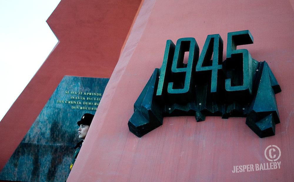 """Vagtskiftet ved krigsmindesmærket """"Eternitate"""" i Chisinau..Mindesmærket er rejst for de moldoviske soldater, der deltog i 2. verdenskrig, Sovjetunionens krig i Afghanistan og Moldovas egen krig mod Transdnestr. Stedet er et besøg værd, hvis du vil opleve den moldoviske udgave af strækmarch. Soldaterne går en runde hver 20 minut fra ni morgen til seks aften.."""