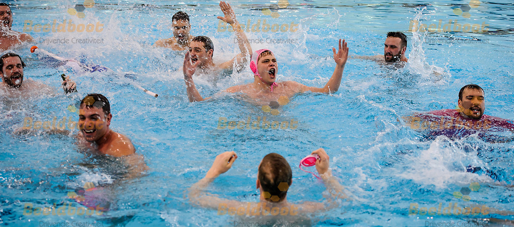 11-03-2018: Waterpolo: Mannen De Zijl v AZC: Den Haag<br /> <br /> (L-R) Team AZC na afloop KNZB bekerfinale tussen heren AZC Moscow en De Zijl Zwemsport in het Hofbad in Den Haag<br /> <br /> KNZB beker heren - Seizoen 2017 / 2018<br /> <br /> Foto: Gertjan Kooij