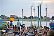 Nederland, Nijmegen, 16-7-2015 Recreatie, ontspanning, cultuur, dans, theater en muziek in de binnenstad tijdens het zomerfestival de Kaaij. Vooral tijdens de zomerfeesten een gewilde plek om te rontspannen. Het alternatieve en relaxte terrein onder de Waalbrug van festival de Kaay waar eten en drinken, verschillende soorten live muziek en zitten bij het water van de rivier de Waal de leukste dingen zijn. Foto: Flip Franssen/Hollandse Hoogte