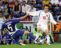 Fotball, 1. juli 2004, Tsjekkia - Hellas, EM semifinale, Euro 2004, Der Grieche Angelis Basinas gegen Tschechiens Tomas Rosicky