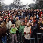 Overbrengen lichaam van overleden prins Bernhard van paleis Soestdijk, publiek, toeschouwers, mensen voor het hek