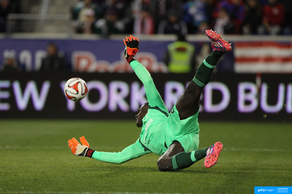 Goalkeeper Bill Hamid, DC United, makes a great save from a Lloyd Sam shot during the New York Red Bulls V DC United, MLS Cup Playoffs, Eastern Conference Semifinals first leg at Red Bull Arena, Harrison, New Jersey. USA. 2nd November 2014. Photo Tim Clayton