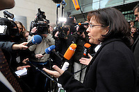 28 JAN 2008, BERLIN/GERMANY:<br /> Andrea Ypsilanti, SPD Landesvorsitzende Hessen, im Gespraech mit Journalisten, auf dem Weg zur SPD Praesidiumssitzung, Willy-Brandt-Haus<br /> IMAGE: 20080128-01-002<br /> KEYWORDS: Präsidium, Sitzung, Mikrofon, microphone, Kamera, Camara